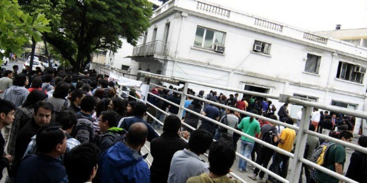 Cientos de personas hacen fila para liquidación de productos tecnológicos