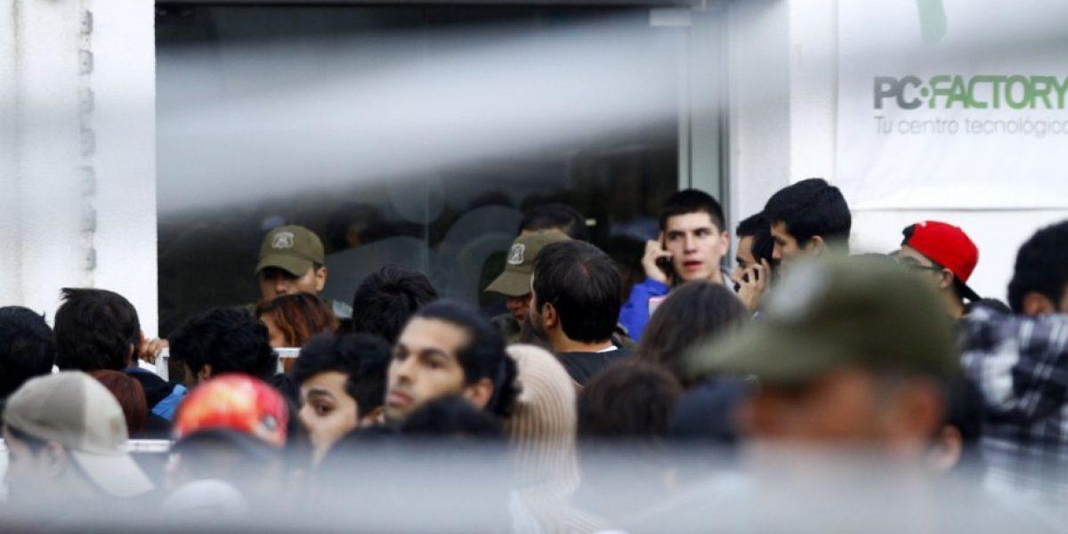 Galería: La aglomeración de personas en venta de bodega de tienda tecnológica