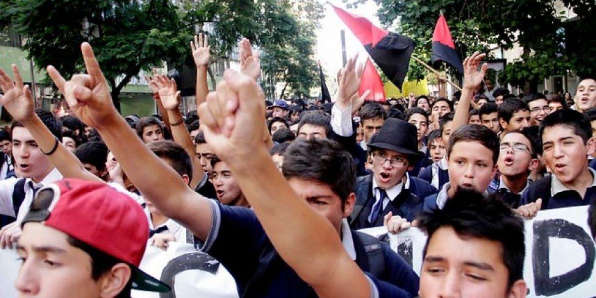 [FOTOS] Alumnos del Instituto Nacional exigen renuncia del director en primera marcha del año