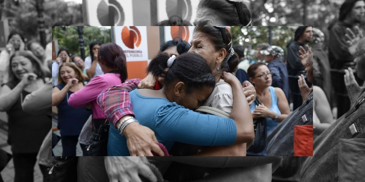 Venezolanos en Chile llegan hasta embajada para entregar condolencias