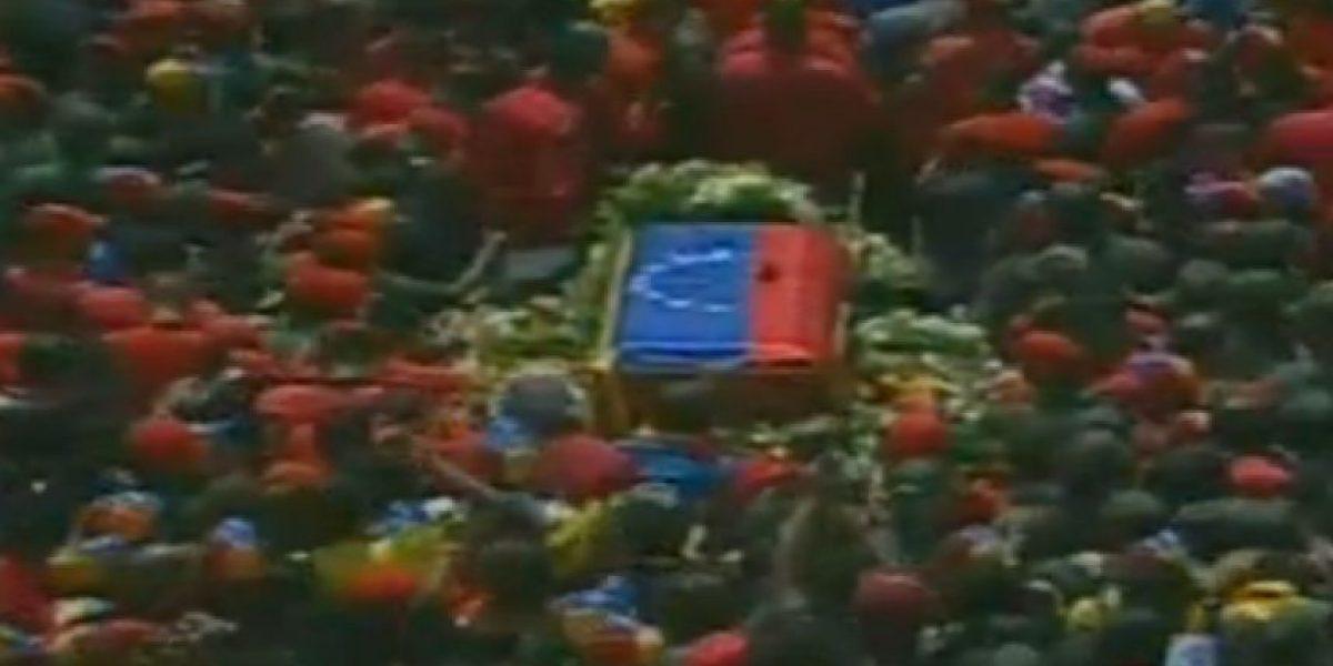 Miles de venezolanos acompañan el féretro de Chávez hacia la Academia Militar