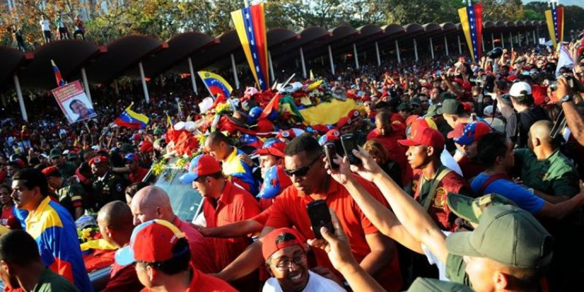 [FOTOS] Féretro de Chávez recorrió durante siete horas la principal arteria de Caracas