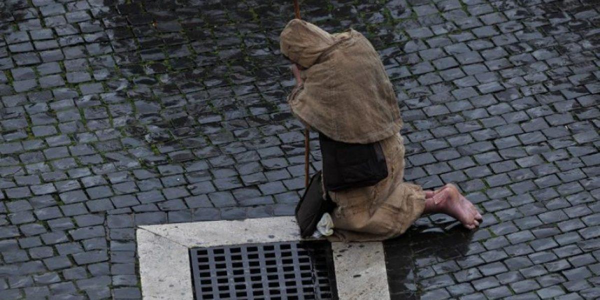 Devoción de fieles en Plaza San Pedro: Descalzo bajo la lluvia de Roma