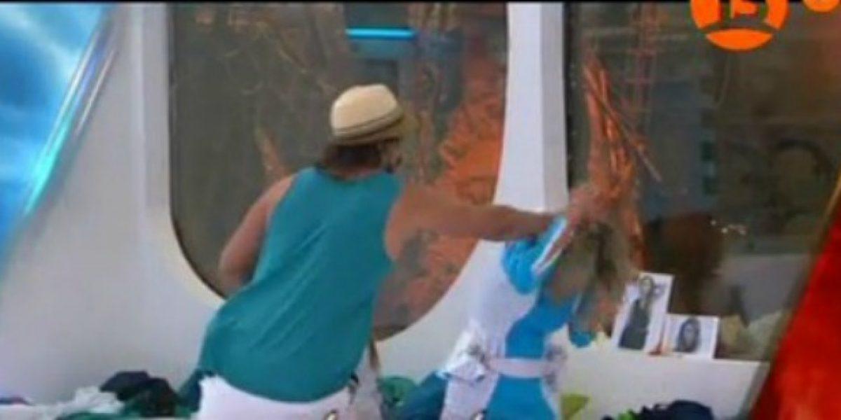 MO2: Rocío Marengo y Sebastián se enfrentan lanzándose huevos