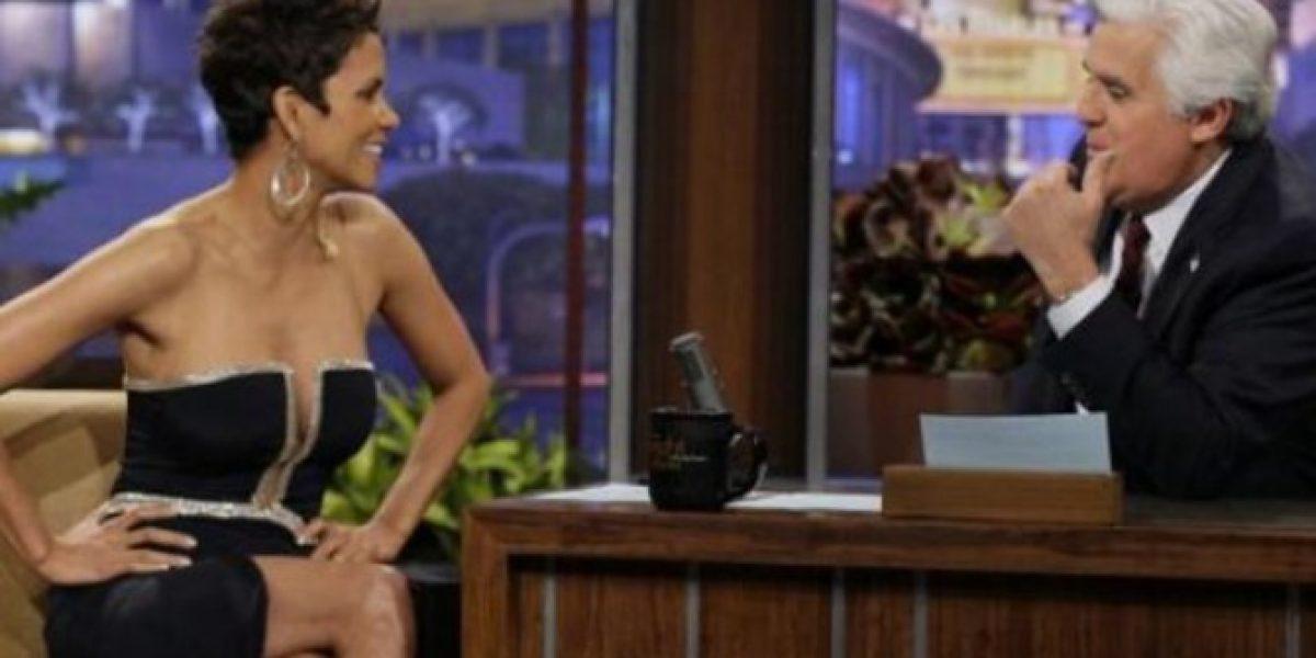 Halle Berry distrae a Jay Leno con su sensual escote
