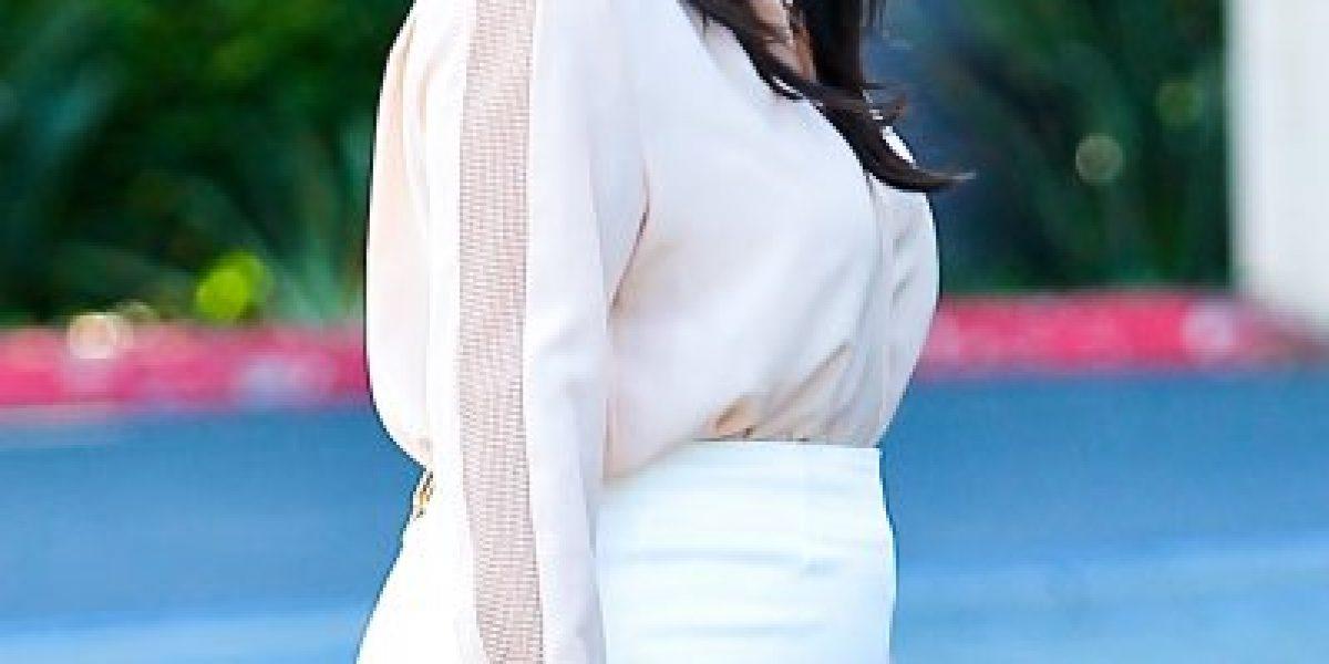 Una embarazada Kim Kardashian sufre con el cierre de su falda