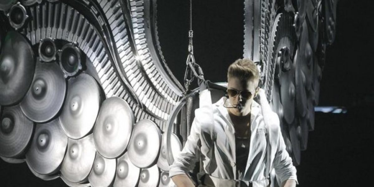 Justin Bieber aparece con estas alas en concierto en Madrid