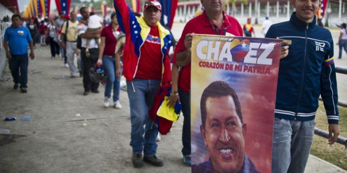 Venezolanos se concentran para presenciar el traslado del féretro de Chávez