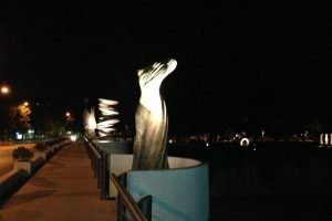 5.- Escultura. En el parque Las obras de arte que se encuentran afuera del Parque de las Esculturas son iluminadas en la noche. Foto:ACSL. Imagen Por: