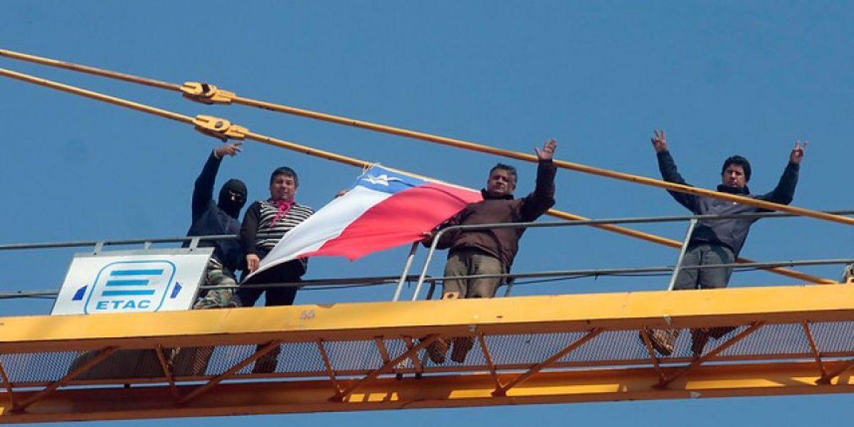 [FOTOS] Contratistas realizan nueva protesta extrema en lo alto de una grúa en Concepción