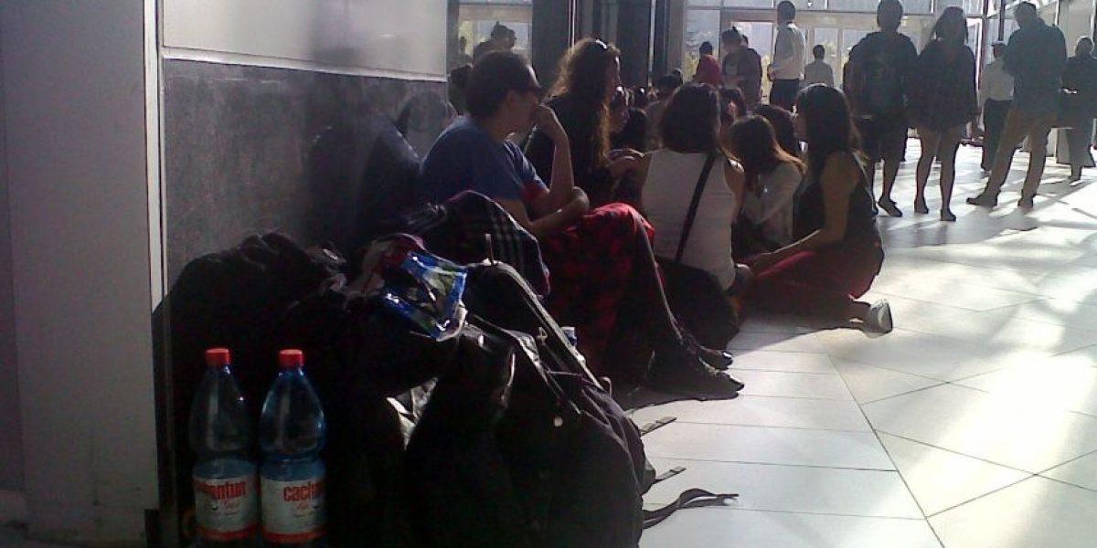 Cientos de personas acampan en mall por apertura de tienda H&M