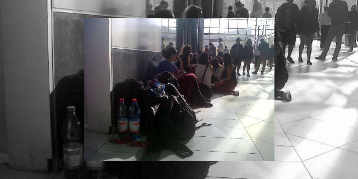 Cientos de personas acampan en Providencia por apertura de exclusiva tienda