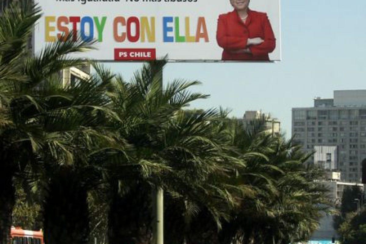 El Partido Socialista se desplegó por Santiago instalando gigantografías para esperar a la ex presidenta Michelle Bachelet, quien llegaría al país el miércoles para anunciar su eventual candidatura presidencial. Foto:Agencia Uno. Imagen Por: