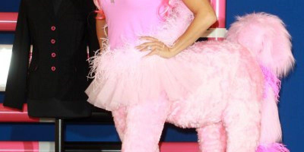 La modelo Katie Price se disfraza de pony rosado para promocionar su línea de ropa