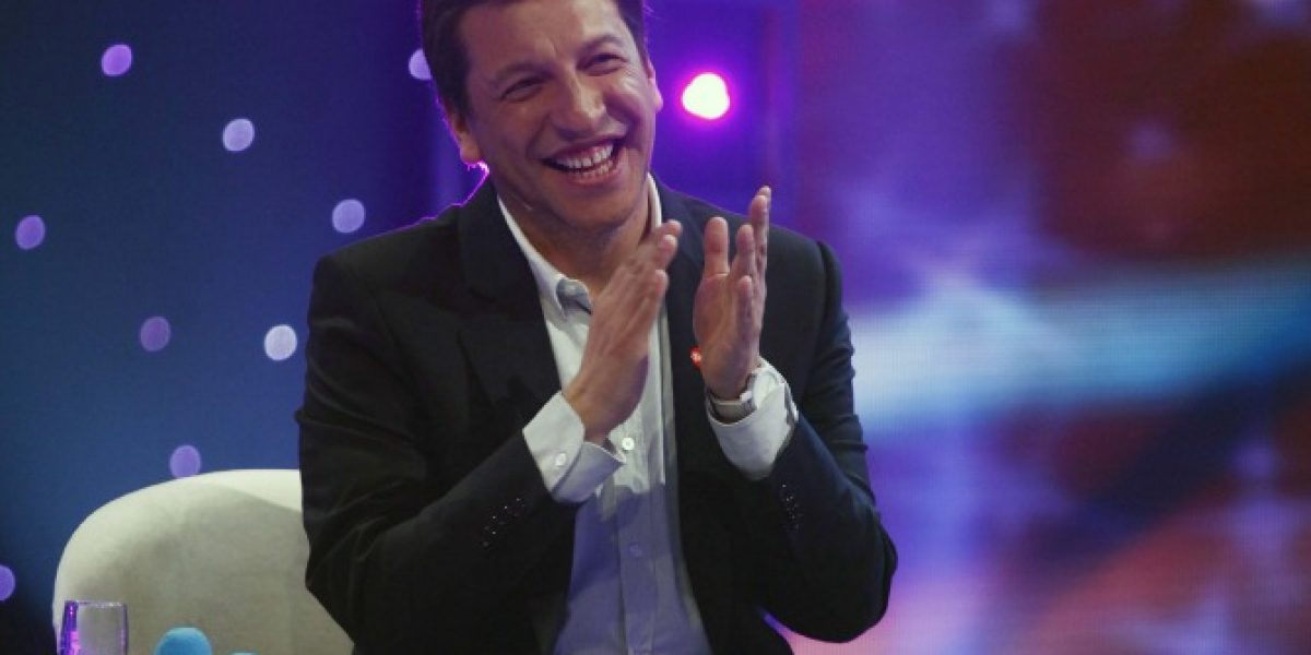 Julio César Rodríguez paga apuesta y conduce programa radial sin ropa