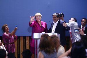 La ex mandataria arribó temprano esta mañana a nuestro país desde Nueva York. Bachelet fue recibida en el aeropuerto por un grupo de simpatizantes y figuras políticas, sin embargo no fue hasta esta noche que la ex presidenta se pronunció y dio a conocer su intención de competir en las próximas elecciones presidenciales. Foto:Agencia Uno. Imagen Por:
