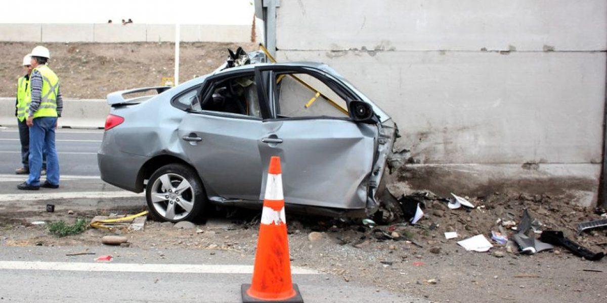 Fotos: Auto choca contra una barrera y queda destruido en Puente Alto