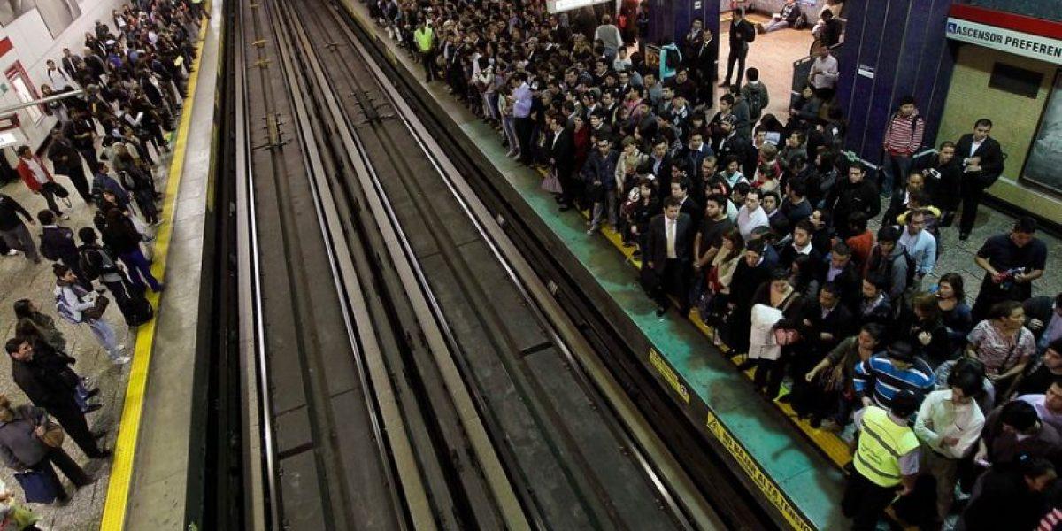 Imágenes del colapso que se vivió este lunes en el Metro de Santiago