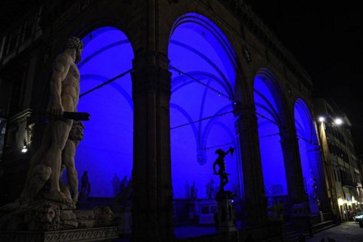 """Vista del salón """"Dei Lanzi"""" iluminado de azul durante la conmemoración del sexto Día de Conciencia Sobre el Autismo hoy, martes 2 de abril de 2013, en Florencia (Italia). Foto:EFE/MAURIZIO DEGL'INNOCENTI. Imagen Por:"""