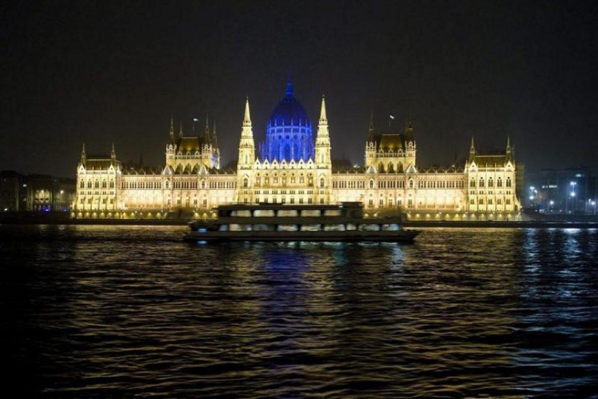 Vista del domo del edificio del Parlamento húngaro iluminado de azul durante la conmemoración del Día de Conciencia Sobre el Autismo hoy, martes 2 de abril de 2013, junto al río Danubio en Budapest (Hungría). Foto:EFE/SZILARD KOSZTICSAK/. Imagen Por: