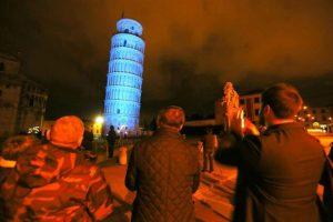 La torre de pisa es iluminada en azul hoy, martes 2 de abril de 2013, para conmemorar la sexta ocasión del Día Mundial de Conciencia sobre el Autismo en Pisa (Italia) Foto: EFE/FRANCO SILVI. Imagen Por: