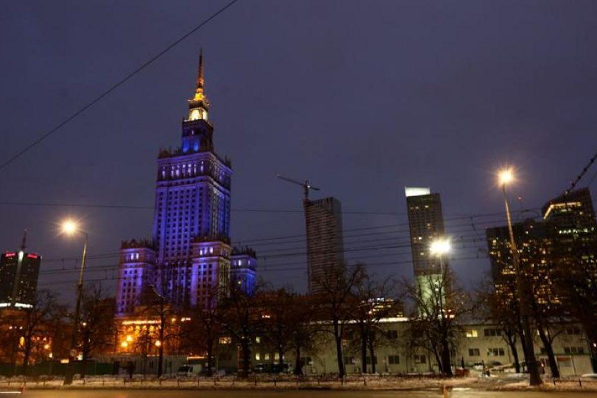 El Palacio de Cultura y Ciencia es iluminado en azul para conmemorar la sexta edición del Día de Conciencia sobre el Autismo en Varsovia (Polonia). Foto:EFE/ TOMASZ GZELL. Imagen Por: