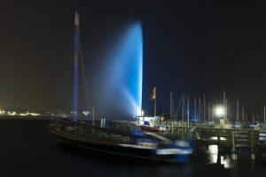 Vista de la famosa fuente de agua (Jet d'eau) que fue iluminada hoy, martes 2 de abril de 2013, con motivo del Día Mundial de Concientización sobre el Autismo, en Ginebra (Suiza). Foto:EFE/SALVATORE DI NOLFI. Imagen Por: