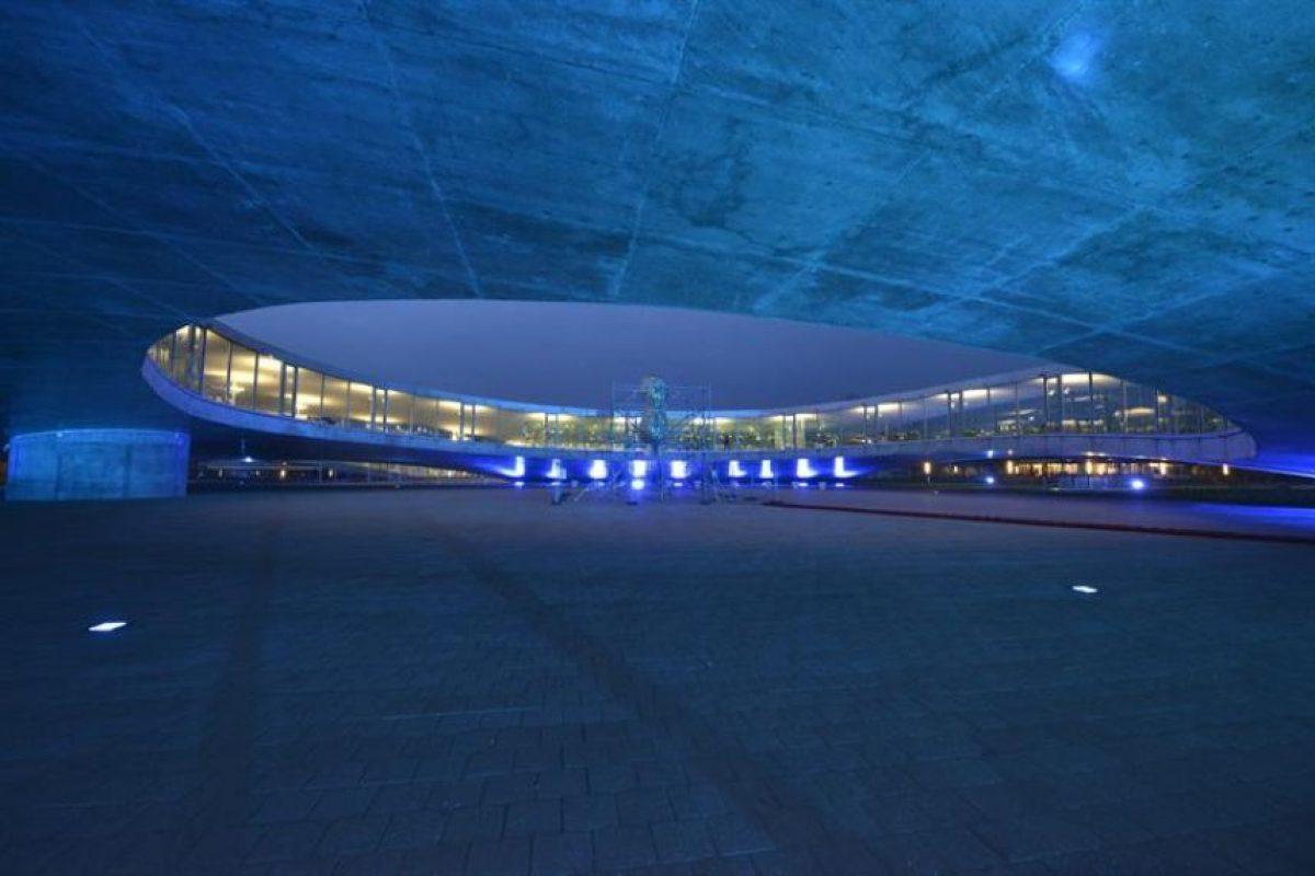 Vista de la sede del Centro de Aprendizaje del EPFL, Ecole Polytechnique de Lausanne, que fue iluminado hoy, martes 2 de abril de 2013, con motivo del Día Mundial de Concientización sobre el Autismo, en Lausana (Suiza). Foto:EFE/CHRISTIAN BRUN. Imagen Por: