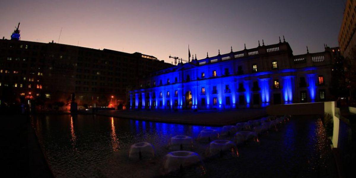 [FOTOS] La Moneda se iluminó de azul para celebrar el
