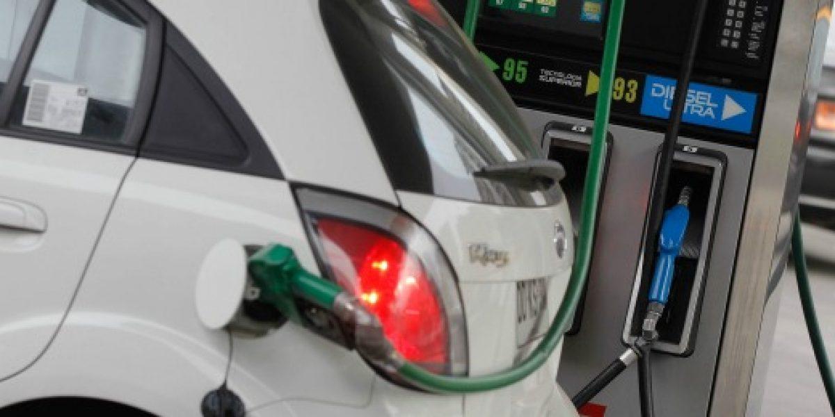 Econsult: $7 promedio por litro caería valor de bencinas la próxima semana