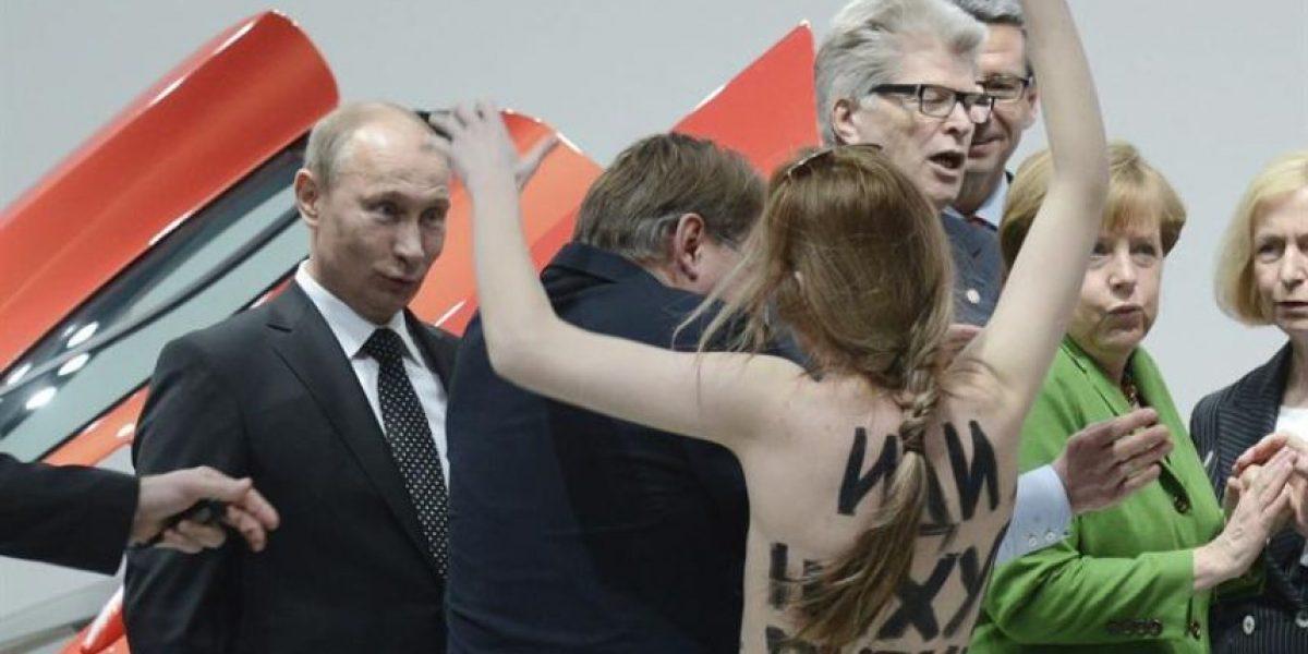 [FOTOS] Activistas en topless atacan a Putin durante actividad en Alemania
