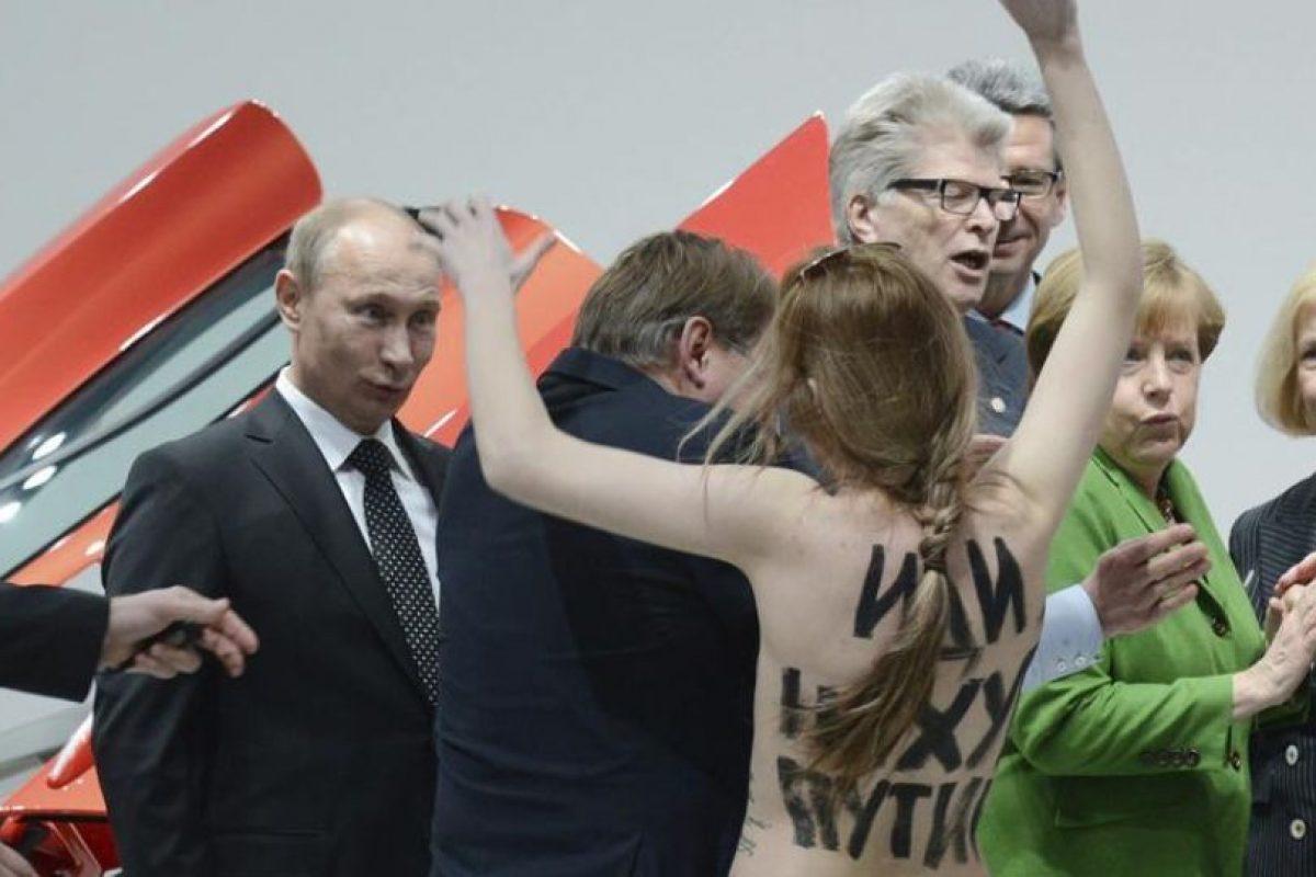 El presidente ruso, Vladimir Putin, y la canciller alemana, Angela Merkel, se vieron sorprendidos por una activista de Femen en topless durante su visita a la inauguración de la Feria Industrial de Hanover, Alemania. Las activistas, que se pintaron mensajes contra Putin y su política sobre sus torsos desnudos, fueron inmediatamente detenidas por los guardaespaldas de Merkel y Putin cuando estos acababan de visitar el recinto del fabricante germano de automóviles Volkswagen. Foto:EFE. Imagen Por:
