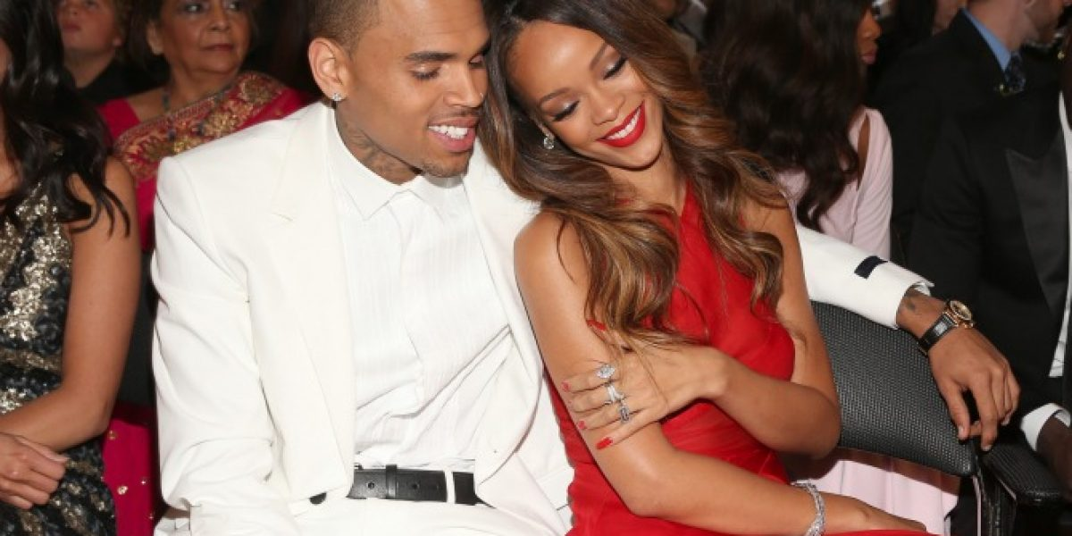 Chris Brown sale con una camarera mientras sigue con Rihanna