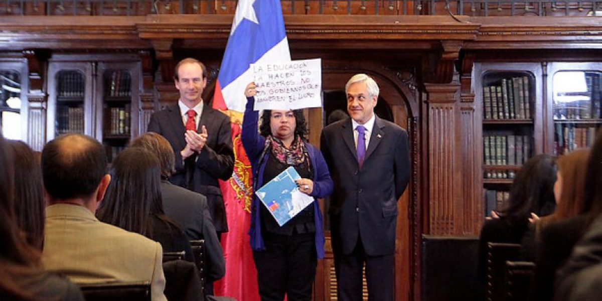 Profesora sorprende al Presidente Piñera protestando con este cartel