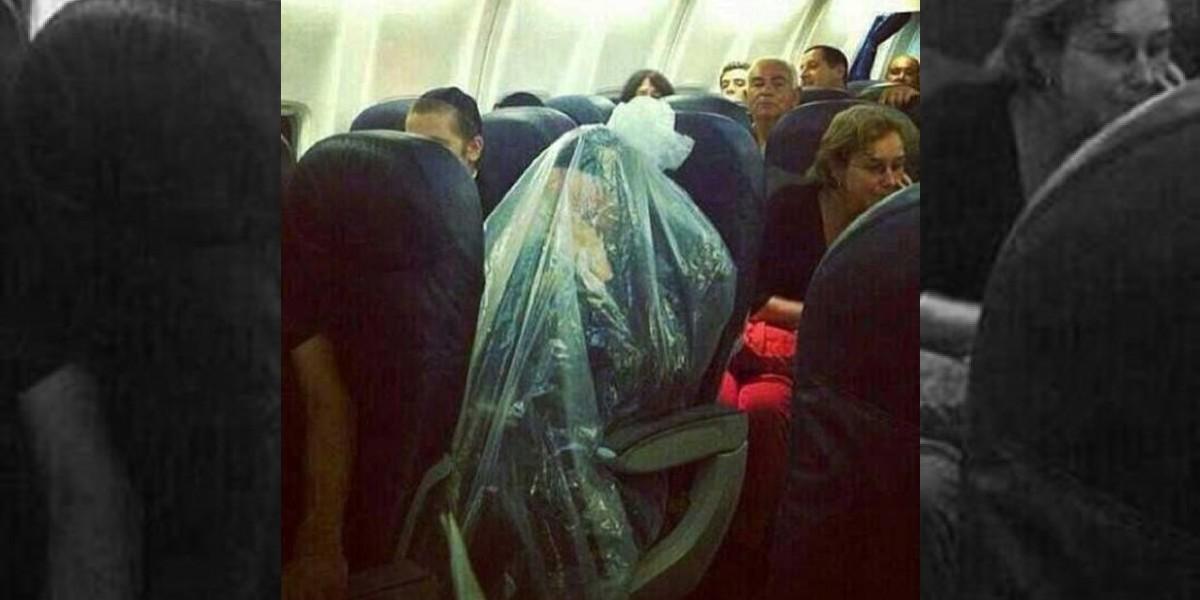Sorpresa causó dentro de un avión este pasajero envuelto en plástico