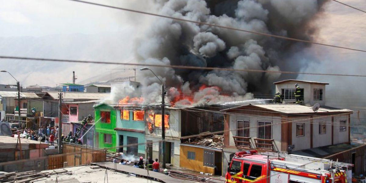 Fotos: 9 casas destruidas por gigantesco incendio en Iquique