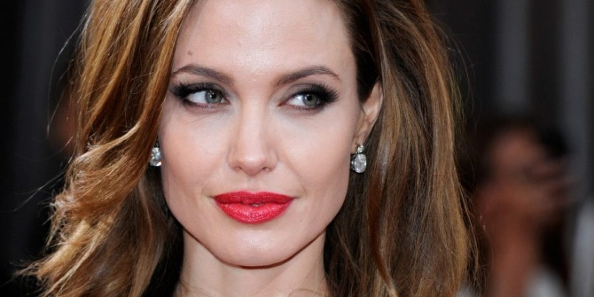 Subastan polémica foto de Angelina Jolie en topless con un caballo