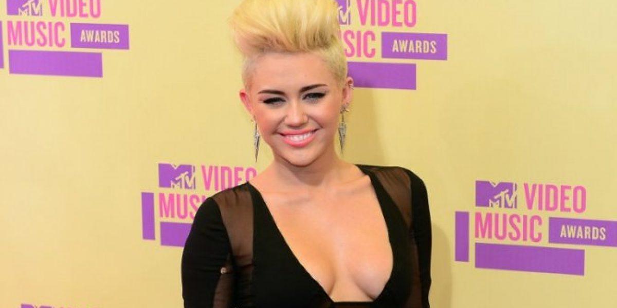 [VIDEO] Nuevamente captan a Miley Cyrus con un supuesto pito de marihuana