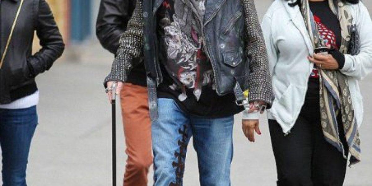 Captan a Axl Roses utilizando un bastón mientras pasea con amigos en New York