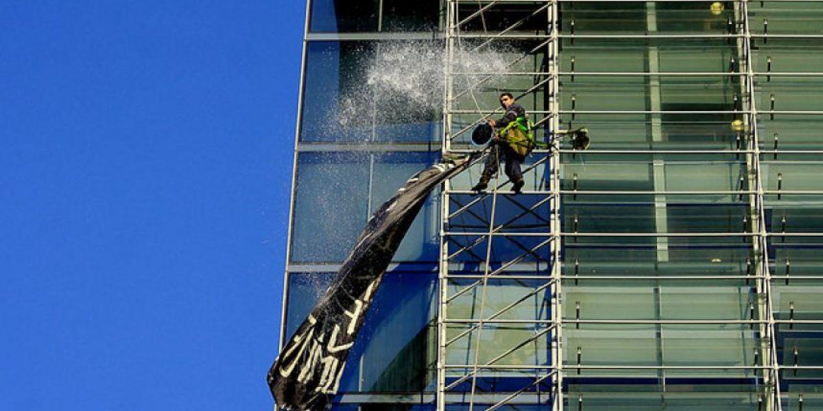 [FOTOS] Fue despedido de su trabajo y así protestó en edificio de Las Condes