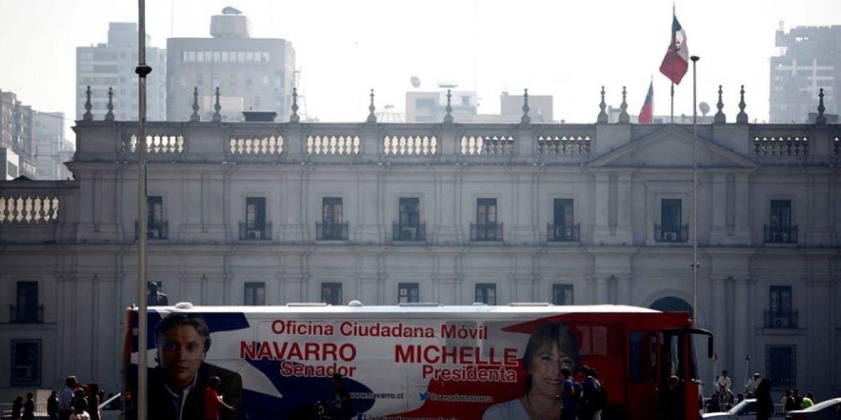 El bus Michelle-Navarro se instaló frente a La Moneda