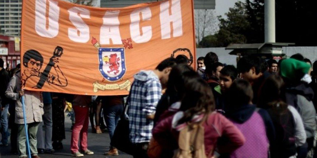 Estudiantes de universidades privadas marchan en el centro de Santiago