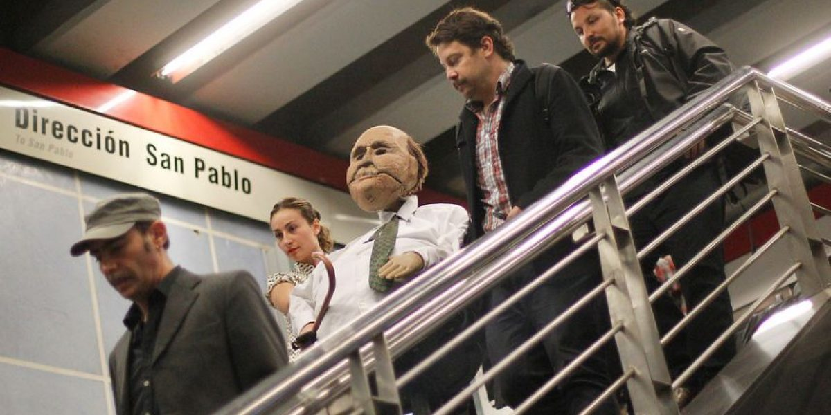 [GALERÍA] La rebelión de los muñecos pasea por el metro de Santiago