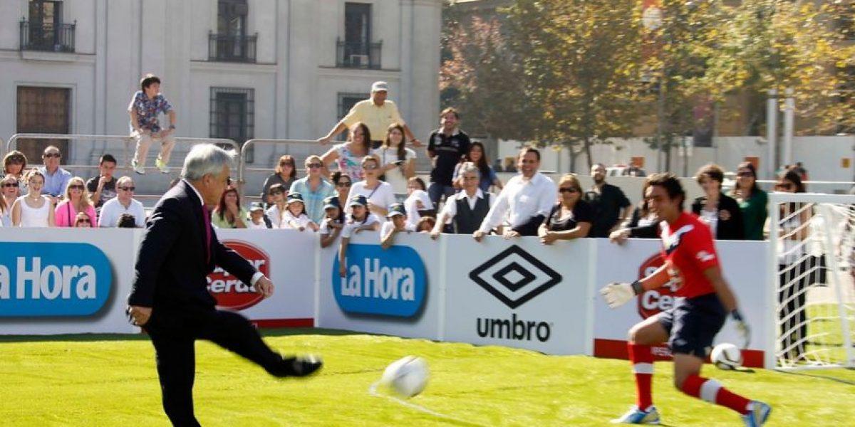 Con Piñera jugando a la pelota frente a La Moneda lanzan gira de