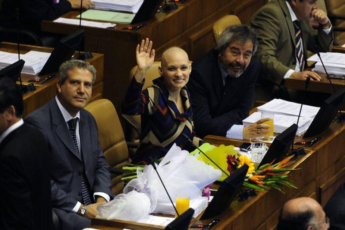 La diputada DC Carolina Goic retomó su actividad parlamentaria tras cumplir el tratamiento contra un cáncer linfático. Diferentes parlamentarios la saludaron en su ingreso, donde agradeció por todo el apoyo durante su tratamiento.. Imagen Por: