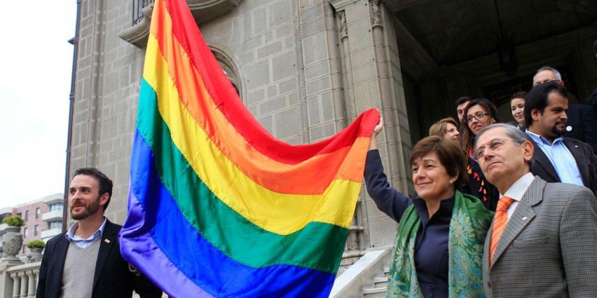 Municipalidades de Santiago y Providencia izan la bandera de la diversidad sexual