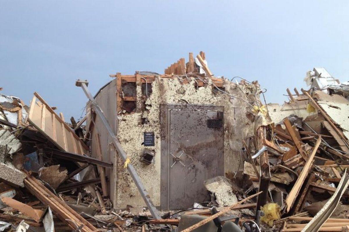 Esta es la bóveda donde 14 empleados TFCU y ocho clientes se resguardaron del tornado y emergieron de manera segura después. Foto:Facebook.com/TinkerFCU. Imagen Por: