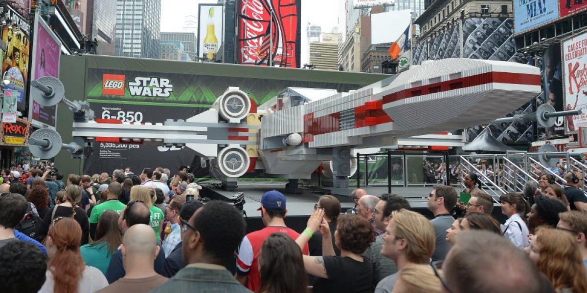 Lego presenta en Nueva York réplica tamaño real de una nave de