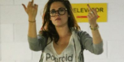Kristen Stewart hace gesto obsceno a los paparazzis