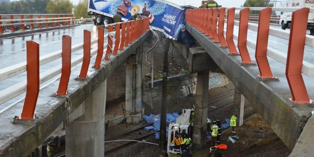 Camión queda incrustado entre dos puentes tras volcarse en Talca